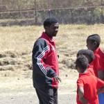 Tamiru (links) erklärt seinen Schülern eine KRAFT-Übung, Januar 2015